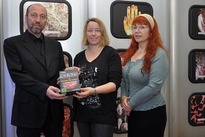 """Stefan Riesenfellner (l.) und Ingrid Spörk (r.) überreichten Angelika Rodler die DVD-Reihe """"Das Wunder des Lebens"""" als Preis."""