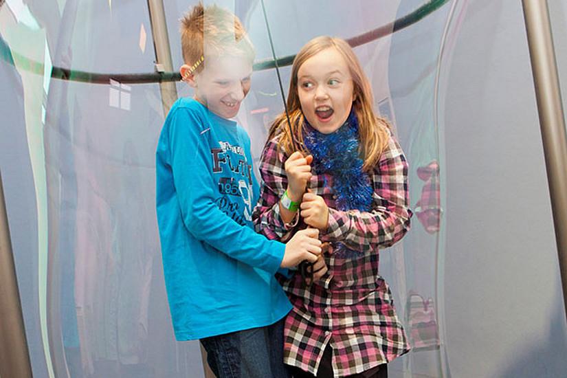 Seifenblasen, die nicht platzen: Eine Ausstellung in Graz macht Lust auf Mathematik. Foto: Mathematikum Gießen