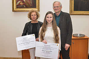 Ausgezeichnete Leistung: Ingeborg Jandl (mitte) bekam den Preis verliehen. Renate Hansen-Kokoruš und Dekan Lukas Meyer gratulierten