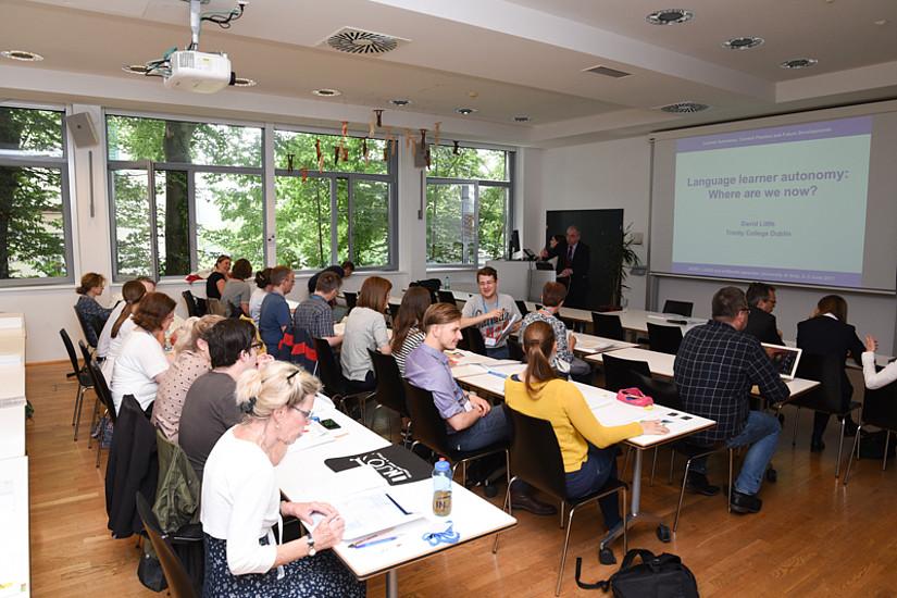 """In Vorträgen und Workshops wurde das Konzept """"Lernerautonomie"""" im universitären udn schulischen Sprachenuntericht diskutiert."""
