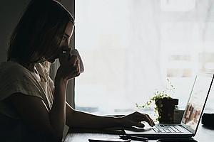 """Wie wirkt sich das Homeoffice auf Produktivität und Wohlbefinden aus? Diese Fragen beantwortet Arbeitspsychologin Bettina Kubicek diese Woche im """"Hör-Saal""""-Podcast. Foto: Burst/pexels.com"""