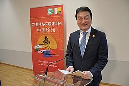 Dr. Chen am Podium vor Rollup 5. Forum