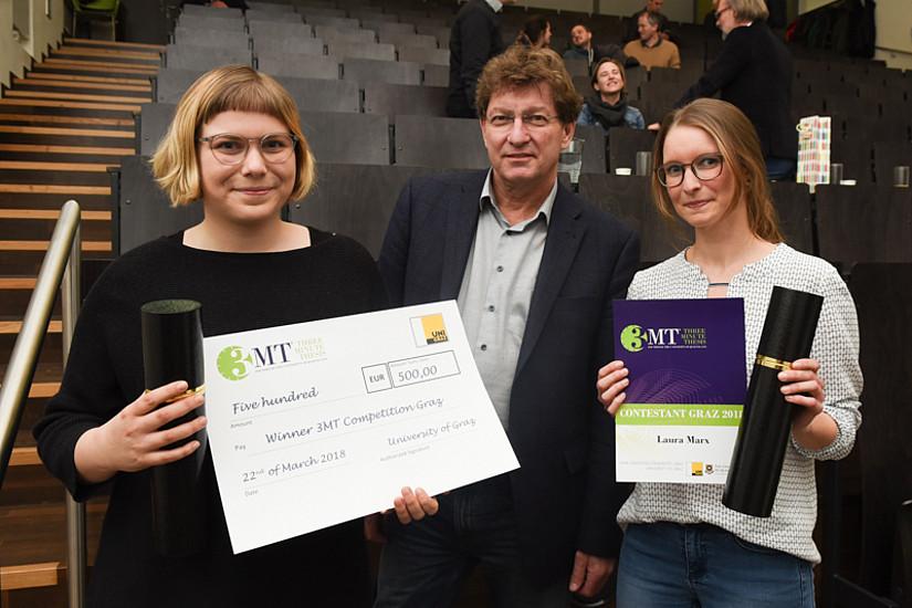 Kathrin Trattner (links) und Laura Marx waren die großen SiegerInnen bei der Three Minute Thesis an der Universität Graz. Vizerektor Peter Scherrer unterstrich zu Beginn die Wichtigkeit solcher Veranstaltungen. Fotos: Uni Graz/Tzivanopoulos