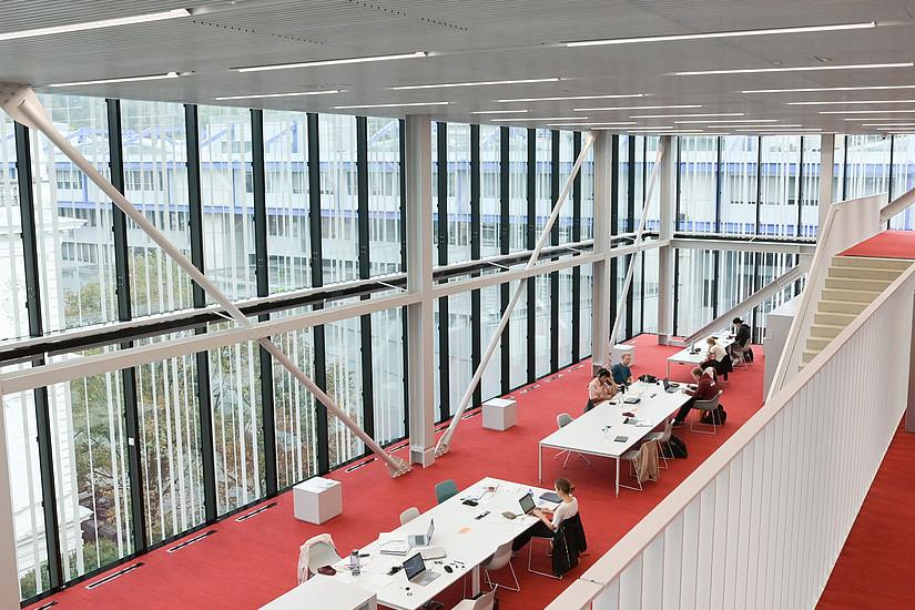 Ab Montag, den 28. September können Lern- und Leseplätze wie auch PC-Arbeitsplätze an der Hauptbibliothek und an den dezentralen Bereichen ausschließlich online gebucht werden. Die Ausleihe kann wie gewohnt genutzt werden. Foto: Uni Graz/Tzivanopoulos
