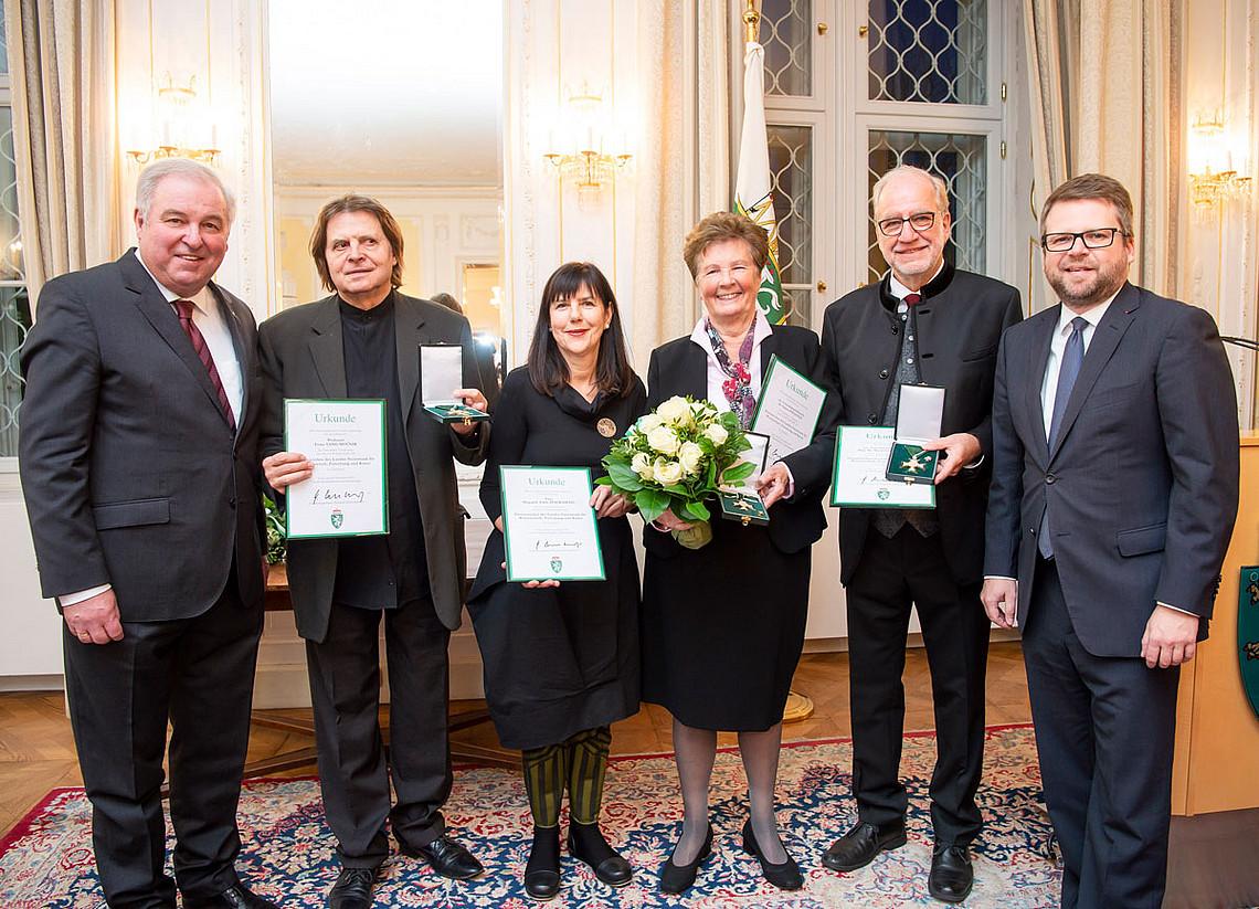 Der Soziologe Manfred Prisching (2.v.r.) bekam das Ehrenzeichen des Landes Steiermark für Wissenschaft, Forschung und Kunst überreicht. Foto: Fischer.