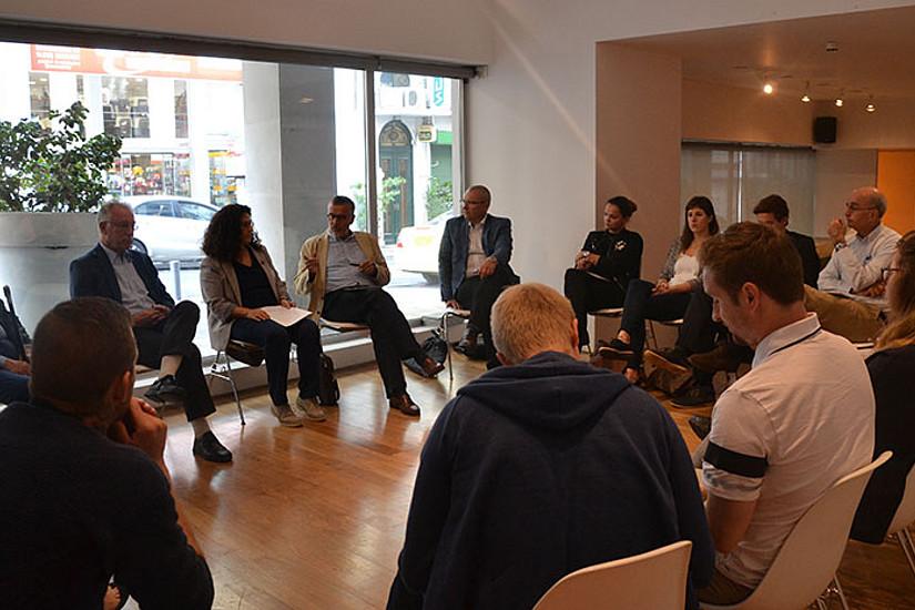 """In Diskussionen erörterten die Studierenden mit ExpertInnen vor Ort, wie identitätsstiftend der Name """"Mazedonien"""" sein kann."""