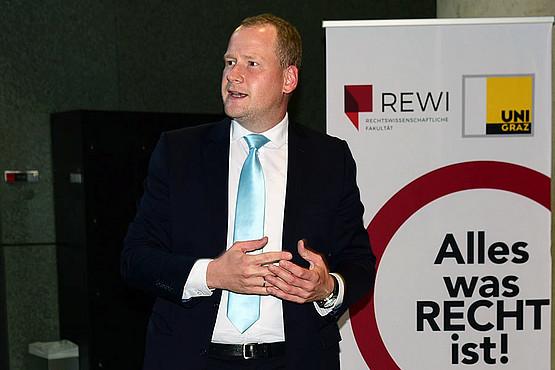 REWI-Dekan Christoph Bezemek
