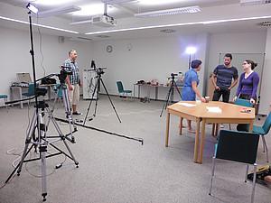 Kameras und Scheinwerfer werden eingerichtet. Foto: Ursula Pichler