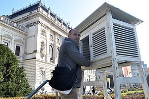 Christoph Bichler betreut die Wetterstation. Foto: Uni Graz/Schweiger