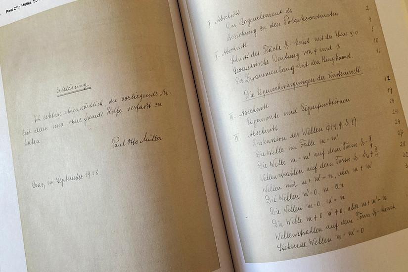 Blick ins Buch: die handschriftlich verfasste Dissertation von Paul Otto Müller Foto: Uni Graz/Schweiger