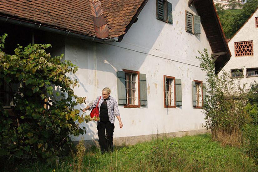 Elisabeth Brenner vor dem Luckenbauerhof.