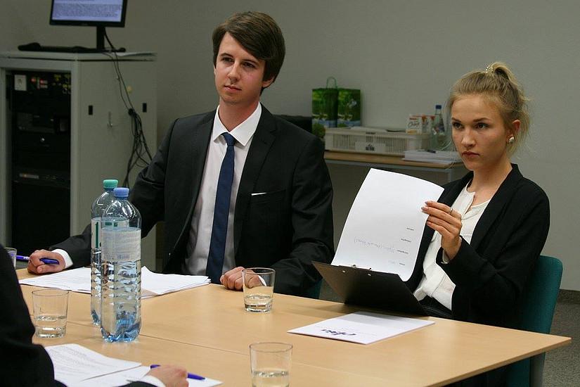 Studierende bei Vertragverhandlungen