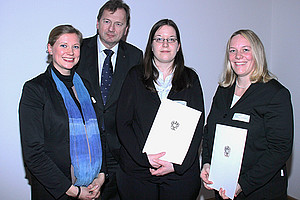 Bekamen für ihre hervorrangenden Dissertationen den Award of Excellence: Paula Aschauer, Gertraud Harb und Silke Rünger mit o.Univ.-Prof. Dr. Franz Marhold, WU Wien.
