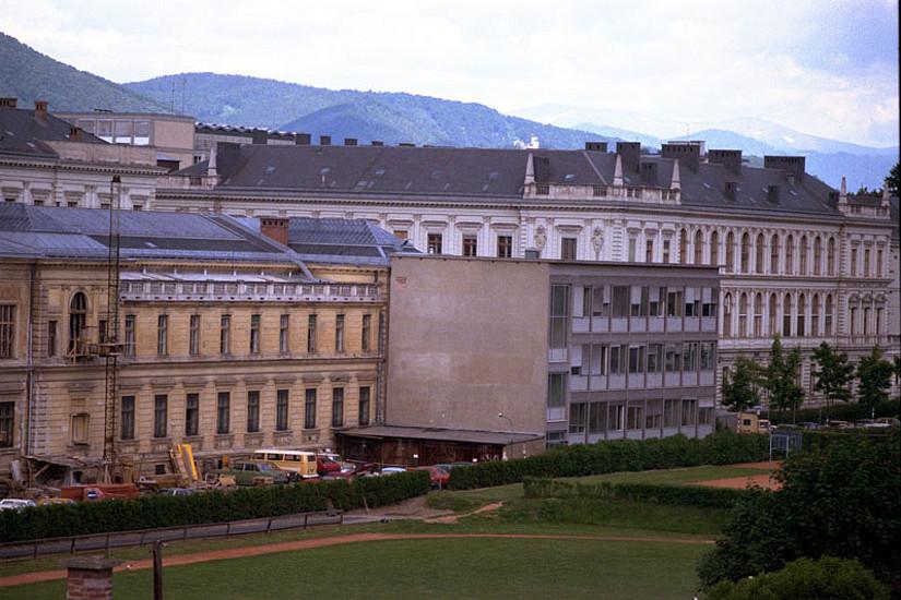 Ein Foto aus dem Jahre 1984 zeigt den mittlerweile abgerissenen 1970er-Zubau der UB aus einer ungewohnten Perspektive. Dort wo die Wiese ist, steht heute das RESOWI-Zentrum. Foto: Uni Graz/Gerhard Mandl