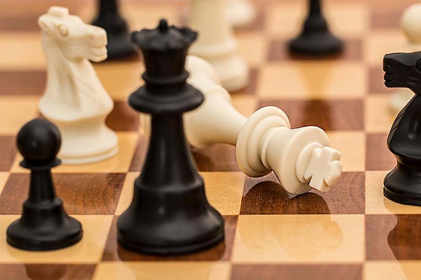 Intelligenz und Übung sind beim Schachspiel gleich wichtig, und zwar das gesamte Leben lang. Gleichzeitig profitieren intelligentere Personen mehr von regelmäßigem Üben. Foto: stevepb/pixabay.com