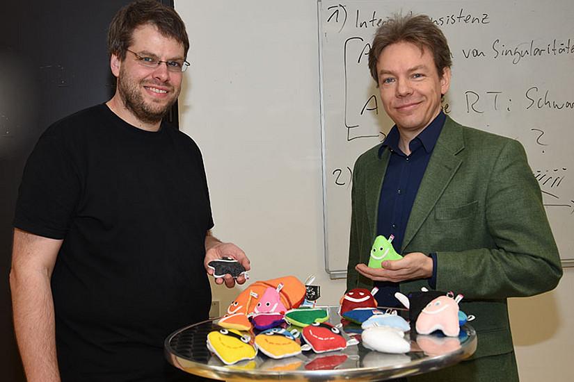 """Axel Maas (l.) und Andreas Kassnigg demonstrierten anhand von flauschigen """"Elementarteilchen"""" die Physik dahinter."""