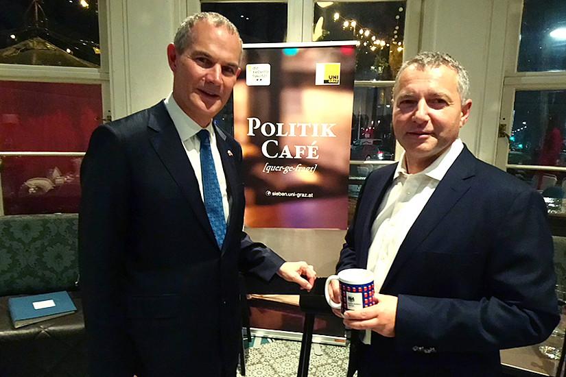 """Politik Café mit Botschafter Leigh Turner (links) und Markus Steppan. Für die britische """"Tea Time"""" brachte Turner als Geschenk ein österreichisches Häferl mit. Foto: Uni Graz/Schweiger"""