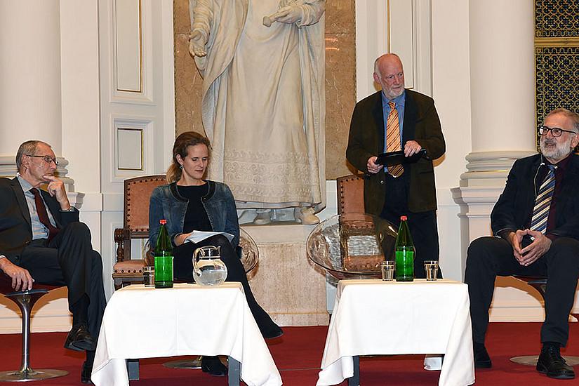 Diskutierten über die Oper: Philosoph Konrad Paul Liessmann, Intendantin Nora Schmid, Antonius Sol, Professor für Gesang (Moderator) und Musikwissenschafter Michael Walter (v.l.). Foto: Uni Graz/Pichler