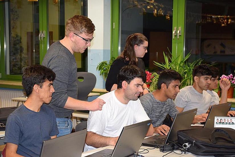 Die Refugees zeigen großen Einsatz beim Erlernen des Umgangs mit Computern.