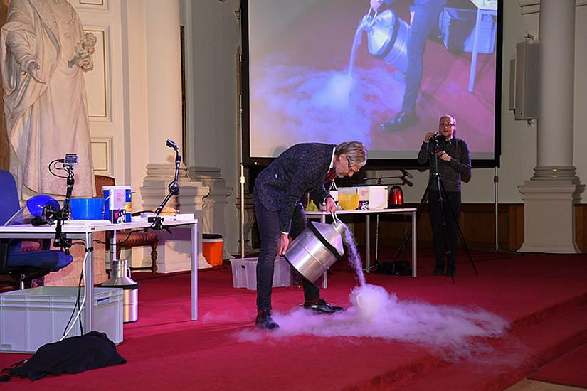 Eiskalte Wissenschaft: Flüssiger Stickstoff, das demonstriert Helmut Jungwirth, lässt Eheringe gefrieren - samt Finger.