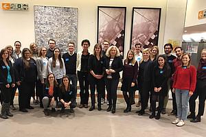 Die Seminarteilnehmer_innen im Europäischen Parlament in Brüssel mit der EU-Abgeordneten Karin Kadenbach. (Foto: privat)
