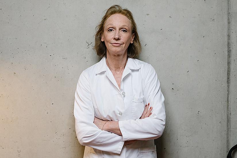 Dagmar Zweytick steht mit ihrer Forschung keineswegs mit dem Rücken zur Wand: Sie hat einen vielversprechenden Wirkstoff gegen Krebs gefunden. Foto: Uni Graz/Kernasenko