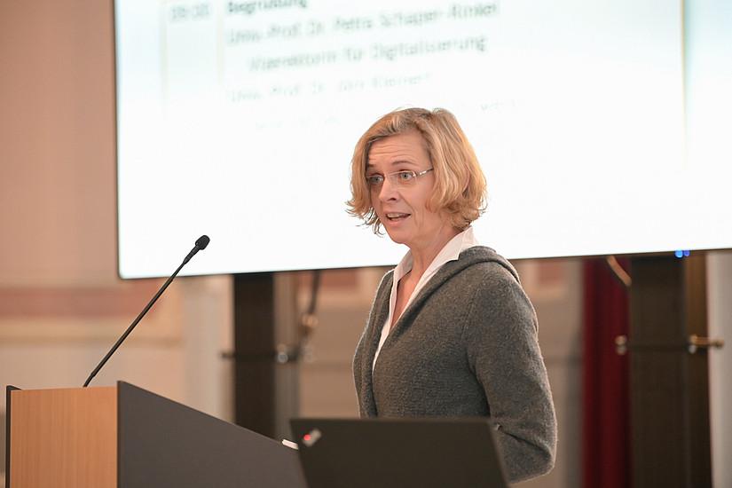 Die Juristin Elisabeth Staudegger beschäftigt sich in ihrer Professur mit den rechtlichen Aspekten in Informationstechnologien. Fotos: Uni Graz/Tzivanopoulos