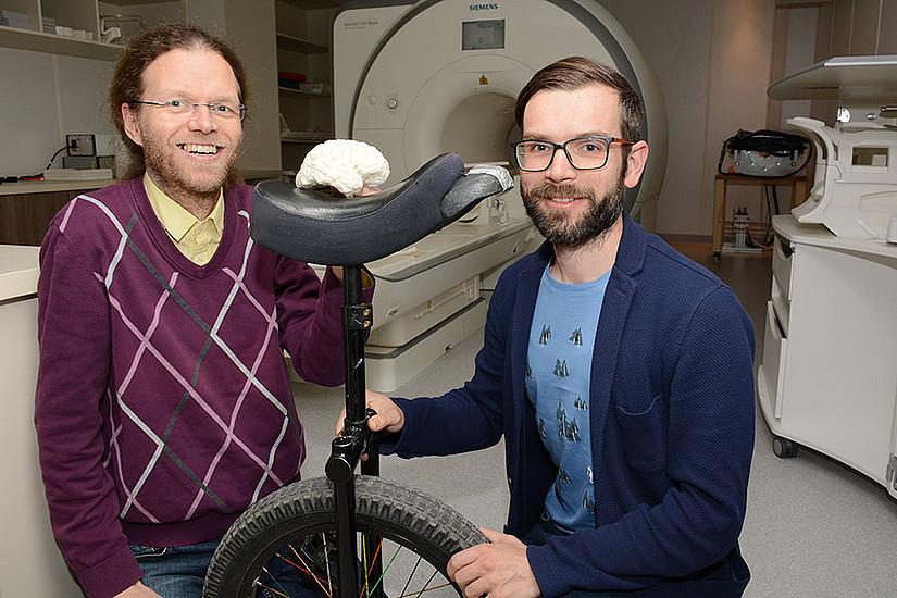 Bernhard Weber und Karl Koschutnig (v.l.) untersuchten, was beim Erlernen von Einradfahren im Gehirn passiert. Foto: Uni Graz/Pichler