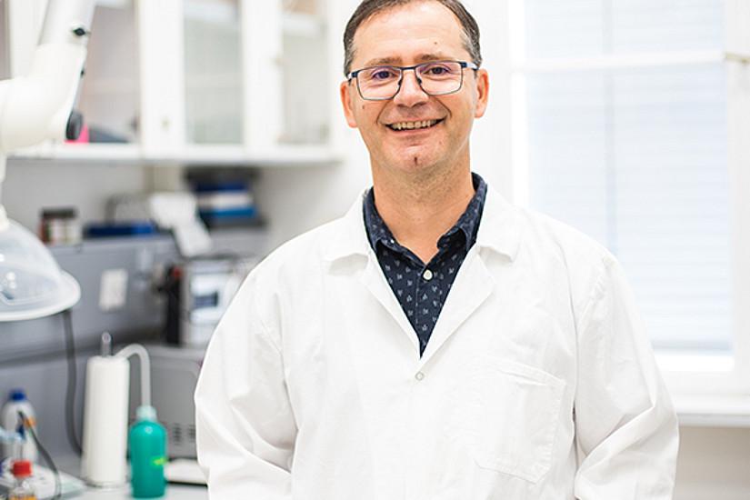 Feldgrillen, Bienen, Heuschrecken und neuerdings auch Wiesel: sie alle inspirieren den Biologen Manfred Hartbauer in der Erfindung neuer Produkte und Technologien. Foto: Lukas Elsneg.