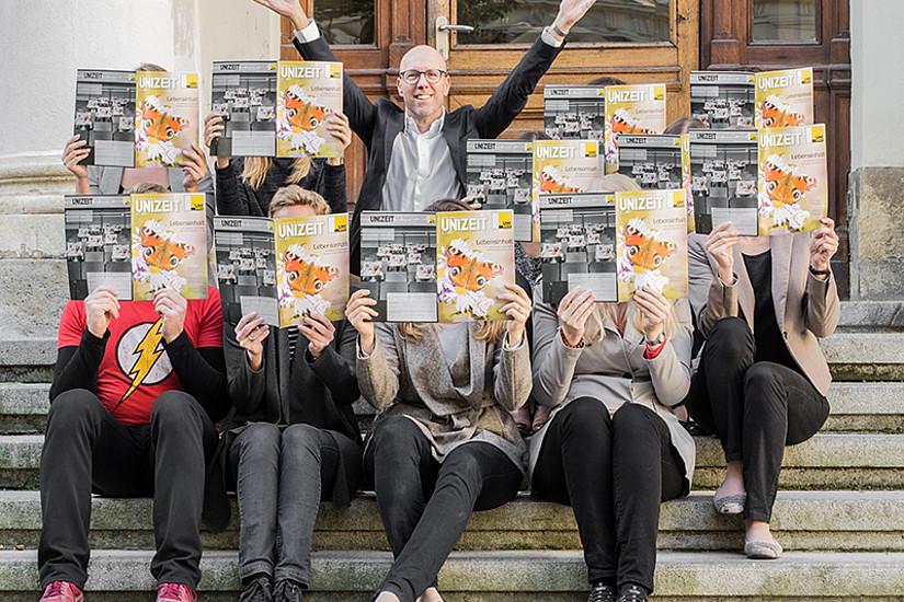 Ein Hoch auf die Forschung! Pressesprecher Andreas Schweiger und viele fleißige UNIZEIT-LeserInnen.