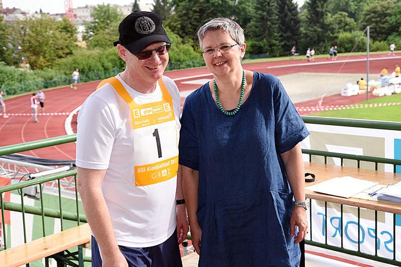USI-Leiter Gert Bernat mit Vizerektorin Renate Dworczak, die die ehrenvolle Aufgabe hatte, den Startschuss zum Kleeblattlauf zu geben.