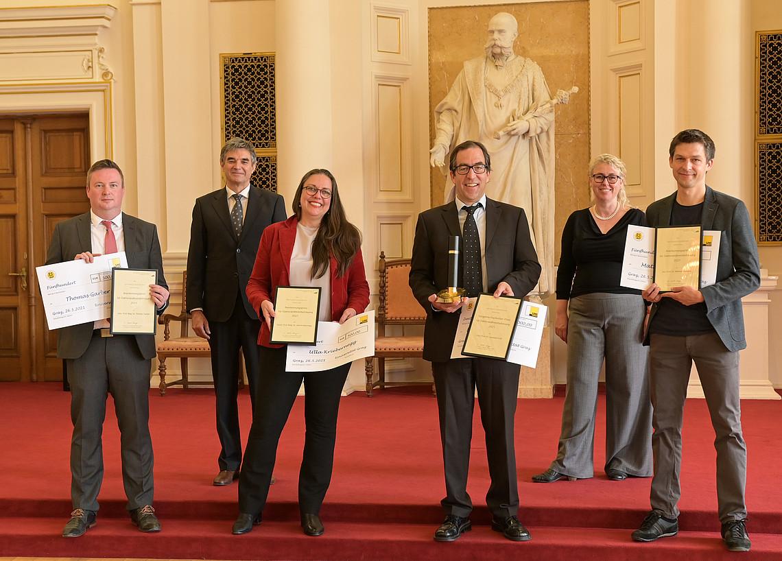 Alle PreisträgerInnen, erste Reihe von links nach rechts: Thomas Garber, Ulla Kriebernegg, Leonhard Grill und Mathias Benedek. Foto: Uni Graz/Köppel