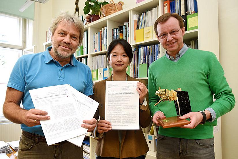 Sungmin O (Mitte), erfolgreiche Dissertantin des DK Klimawandel, Ulrich Foelsche (l.), Koordinator der NASA-Kooperation, und Gottfried Kirchengast, Projektleiter des WegenerNet. Foto: Uni Graz/Tzivanopoulos