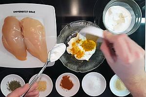 Ein mit Joghurt mariniertes Huhn. Fritz Treiber zeigt wie es geht. Foto: Uni Graz