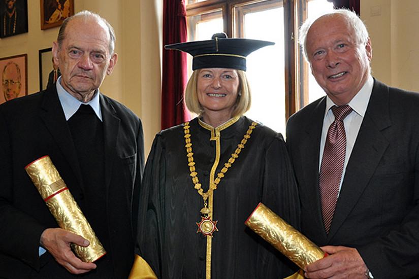 Rektorin Neuper mit den Geehrten Philipp Harnoncourt (l.) und Jörg Hofreiter (r.)