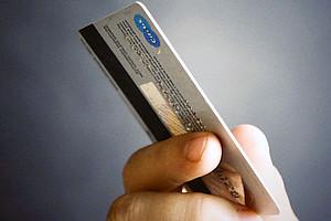 Finger mit Kreditkarte. Foto: pixabay