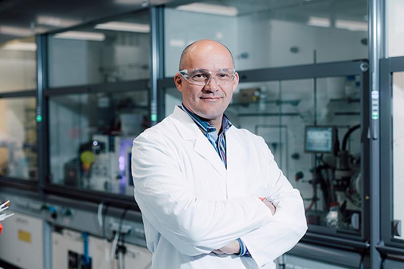 """Chemiker C. Oliver Kappe ist der wissenschaftliche Leiter des Bereiches CC FLOW am RCPE: """"Mit der geplanten, neuen Produktionsstätte sind wir auch für mögliche künftige Epidemien gut gerüstet."""" Foto: Uni Graz/Kanizaj."""