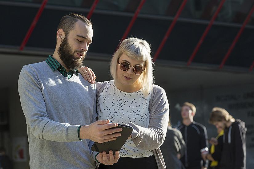 Künftig werden komplexe Textpassagen, in denen es um gesetzliche Vorschriften und/oder administrative Tätigkeiten, die die Studierenden selbst zu erledigen haben, in einer leichter verständlichen Sprachvariante (A2-Niveau) direkt auf der Website verfügbar sein. Foto: Uni Graz/Lunghammer.