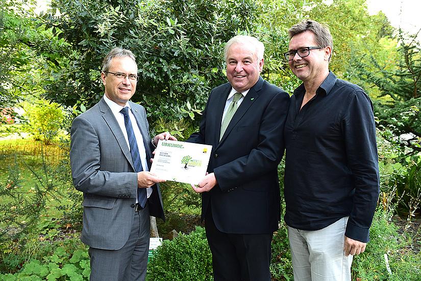 LH Hermann Schützenhöfer (Mitte) ist Pate der Steineiche. Vizerektor Peter Riedler (links) und der designierte Rektor Martin Polaschek dankten für die Unterstützung. Foto: Uni Graz/Schweiger
