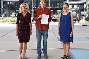 Michael Meister (Mitte) mit GEWI-Studiendekanin Margit Reitbauer (l.) und Nassim Balestrini, Director des CIMIG an der Uni Graz. Foto: Uni Graz/Leljak.