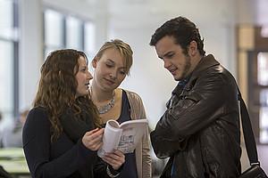 Die passenden Lehrveranstaltungen aussuchen und anmelden: Die Termine sind wie gewohnt nach Studien gestaffelt. Foto: Uni Graz/Lunghammer