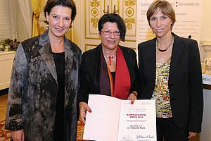 Preisträgerin Roswith Roth (Mitte) mit Ministerin Gabriele Heinisch-Hosek (l.) und Julia Wörtz von der Österreichischen Nationalbank (r.). Foto: BKA/Regina Aigner.