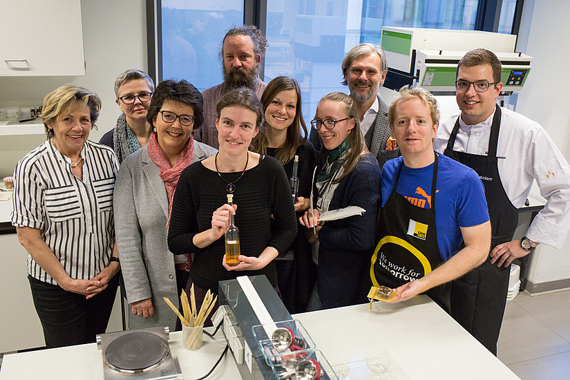 """Die mittelalterliche Küche, die Produktion von Naturkosmetika und das Schreiben mit Feder und Tinte sind die Inhalte der Kurse im neuen Mitmachlabor """"Mittelalter"""". Foto: Uni Graz/Tzivanopoulos"""