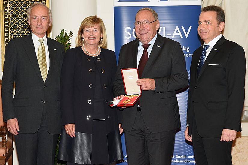 Günther Witamwas (2.v.r.) erhielt das Ehrenzeichen der SOWI-Fakultät. Es gratulierten Laudator Wolf Rauch, Rektorin Christa Neuper und Dekan Thomas Foscht (v.l.).