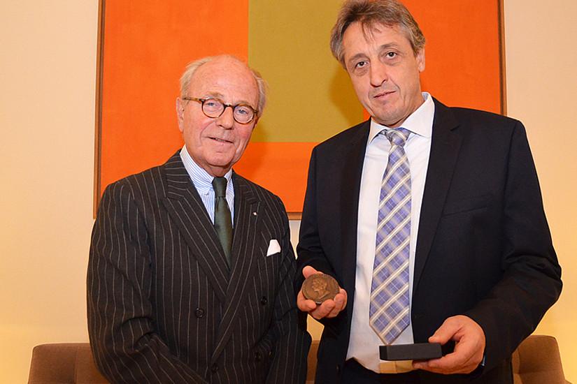 Joachim F. Scheele, Vorstandsvorsitzender des Industrie-Clubs (l.), überreichte Frank Madeo die Seneca-Medaille 2019 in Düsseldorf. Foto: Industrie-Club e.V. Düsseldorf.
