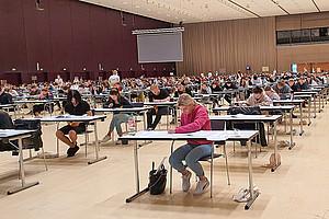 Volles Haus mit coronagerechtem Abstand: Gut 700 Interessierte kamen zum Psychologie-Aufnahmetest. Foto: Uni Graz/Tzivanopoulos