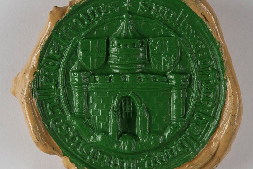 Ebenfalls Teil des Repositoriums: die historische Siegelsammlung der Uni Graz, darunter auch ein Sekrets-Siegel der Stadt Graz aus dem Jahre 1440. Fotos: Uni Graz