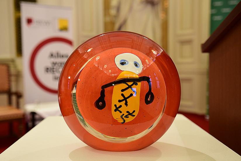 Der Best of REWI-Award, gestaltet vom Glaskünstler Rolf Brühlmann. Foto: Uni Graz/Schweiger