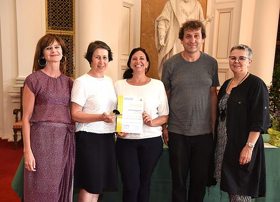 Maria Aigner (links) und Vizerektorin Renate Dworczak übergaben den ersten Preis an das Institut für Bildungswissenschaften. Entgegengenommen wurde er von URBI-Dekanin Barbara Gasteiger-Klicpera und einer Delegation des Instituts. Fotos: Uni Graz/Tzivanopoulos