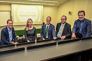 Das neue Fachdidaktik-Zentrum DINAMA ist gegründet und nimmt seine Arbeit auf. Vizerektor Christof Gattringer, Physikerin Claudia Haagen-Schützenöfer, Biologe Uwe Simon, Chemiker Walter Gössler und Mathematiker Bernd Thaller (v.l.) freuen sich über den neuen Zusammenschluss. Foto: Uni Graz/Tzivanopoulos